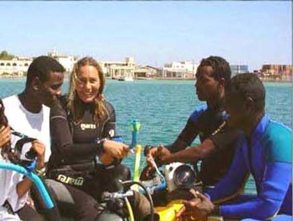 Dania e i ragazzi eritrei dell'Istituto oceanografico di Massawa durante un'escursione in mare