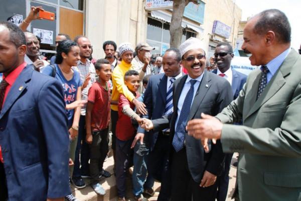 Isaias Afewerki, presidente dell'Eritrea, a destra con il presidente somalo Mohamed Abdullahi Mohamed Farmaajo, a sinistra