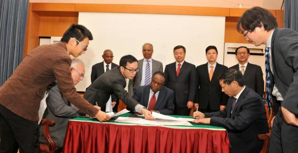 Delegazione della Sichuan Road and Bridge Mining Investment Company con Hagos Gebrehiwet, direttore di ENAMCO