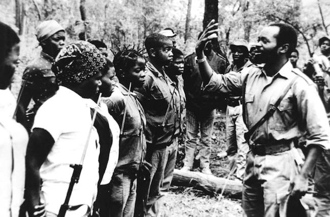 A destra, Samora Moises Machel, durante la lotta di liberazione