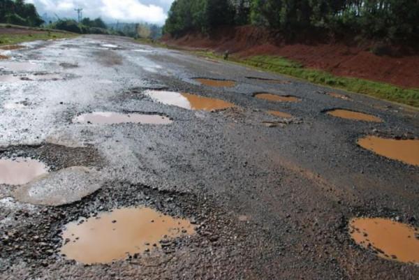 Le orrende condizioni di un tratto della strada Nairobi-Nakuru