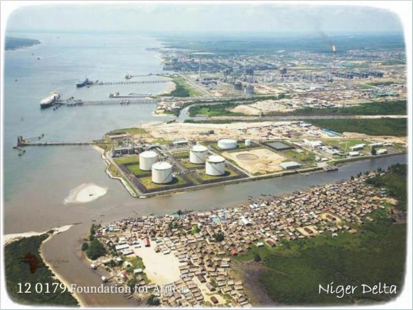 Installazioni petrolifere nel delta del fiume Niger in Nigeria