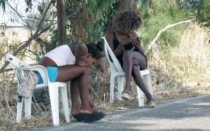 Giovani prostitute nigeriane attendono clienti ai bordi di una strada dell'hinterland torinese