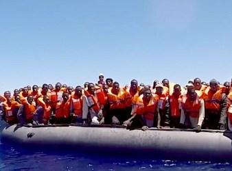 Migranti su un gommone in attesa di essere salvati (Courtesy SOS Mediterranee)