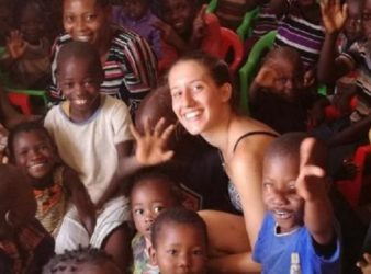 Silvia Romano con i bambini in Kenya