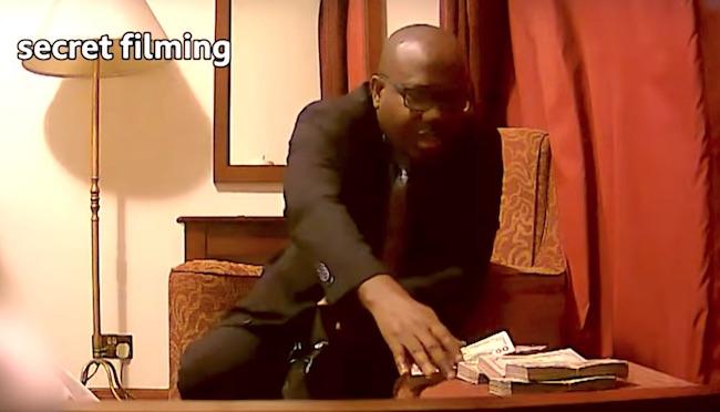 Uno dei corrotti dell'indagine sul calcio ritira la tangente di 65mila dollari (Courtesy Anas Aremeyaw Anas)