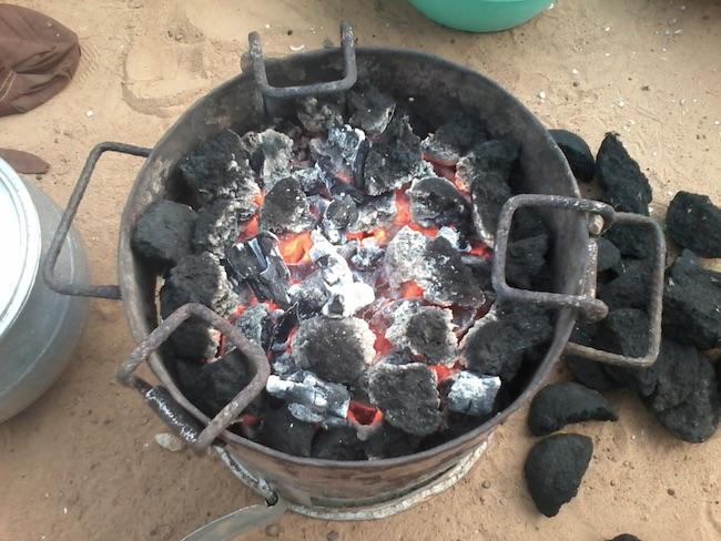 Braciere con il biocarbone derivante daresidui del frutto del cacao (Courtesy APFNP)
