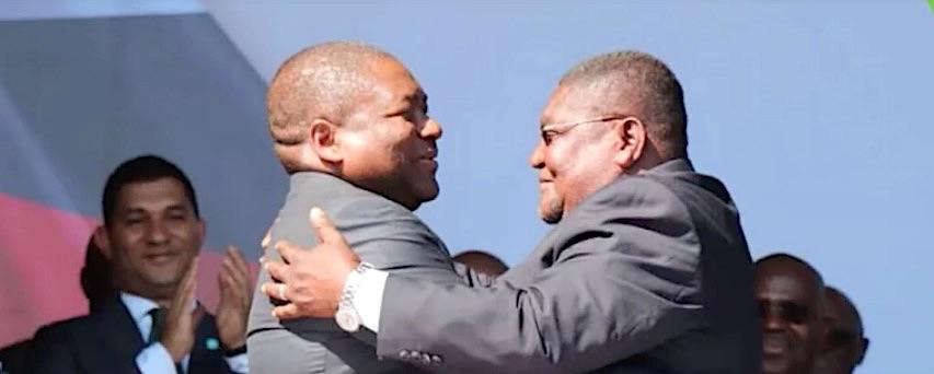 A sin. l'attuale presidente del Mozambico, Filipe Nyusi e a destra, Ossufo Momade del RENAMO, dopo la firma degli accordi di pace