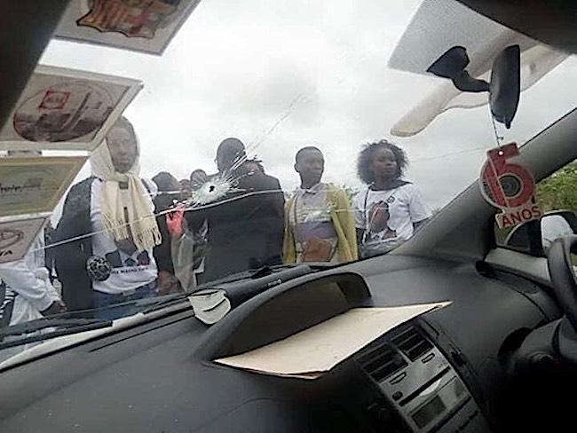Fori di proiettile sul parabrezza dell'auto di Augusto Pelembe(MDM), scampato a un attentato