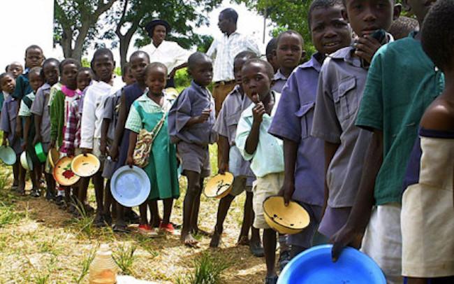 Bambini in coda per mangiare. Inflazione in Zimbabwe sta causando una crisi alimentare
