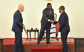 A sin Claudio De Scalzi (ENI), il presidente mozambicano Filipe Nyusi e il ministro delle Risorse minerarie Ernesto Max Tonela