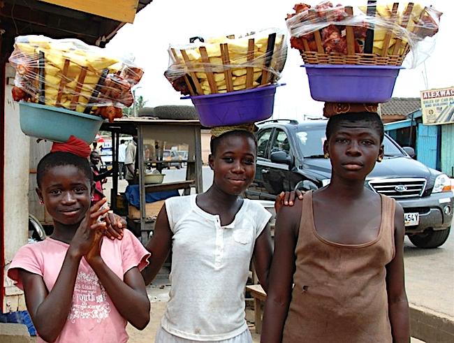 Ragazzine venditrici di strada