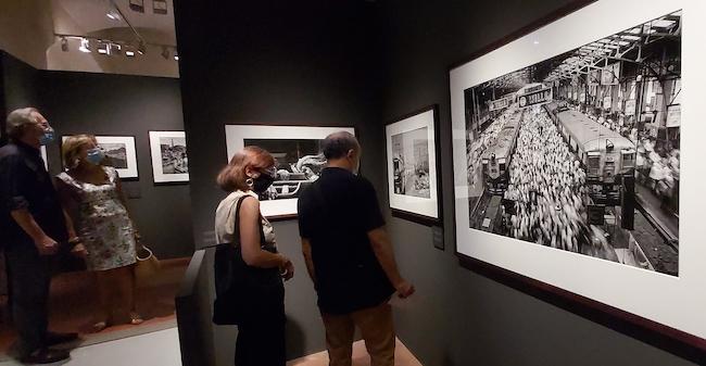 """Dalla mostra """"Exodus"""" di Sebastião Salgado. A destra: India, stazione ferroviaria"""
