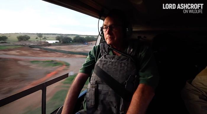 Lord Michael Ashcroft sull'elicottero durante l'indagine sugli allevamenti di leoni in Sudafrica (Courtesy Lord Ashcroft on Wildlife)