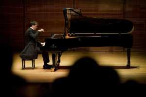 Le pianiste virtuose marocain Marouan Benabdellah enchante le public kenyan