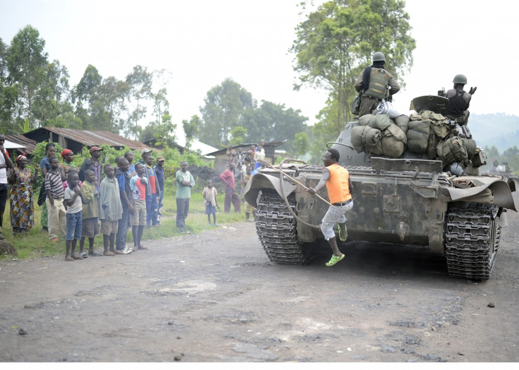 FARDC troops advancing to Rumangabo on 28 October, the day the M23-controlled city fell to advancing FARDC forces. [JOSEPH KAY]