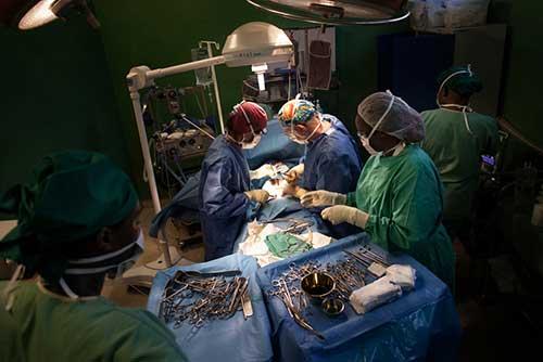 Un intervento chirurgico presso il centro traumatologico di MSF a Bujumbura, Burundi. Il chirurgo sta operando una ragazza ferita allo stomaco da una pallottola vagante