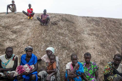 I nuovi arrivati attendono di essere registrati presso il PoC di Bentiu. Sono le condizioni di insicurezza, i combattimenti continui e la mancanza di cibo a spingere le persone a trasferirsi qui. Foto di Brendan Bannon. Bentiu, Sud Sudan. Settembre 2015.