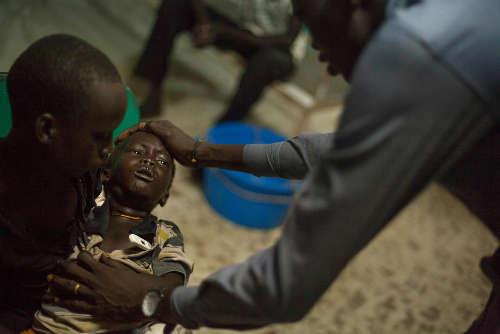 Kume è un bambino di tre anni risultato positivo al test della malaria. Aveva la febbre molto alta, con una temperatura di 39,7°, quando la sua famiglia lo ha portato all'ospedale MSF nel POC di Bentiu. Foto di Brendan Bannon. Bentiu, Sud Sudan. Settembre 2015.
