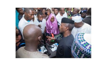 Nigeria's Vice President Yemi Osinbajo chatting with the student innovators and enterpreneurs