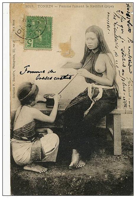 Femme fumant la pipe 2
