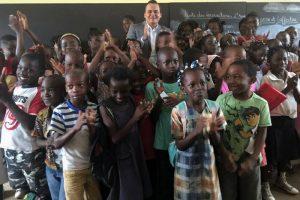 Brice Laccruche Alihanga et les élèves de l'école publique d'Okala