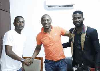 Tim Diezel (à gauche) et Sawako Diezel (à droite), les deux membres du groupe Magic Diezel, avec leur nouveau manager Chico Lacoste (au centre), le mardi 24 septembre 2019, à Abidjan.  Crédits photos : © Gédéon pour OPENN Africa