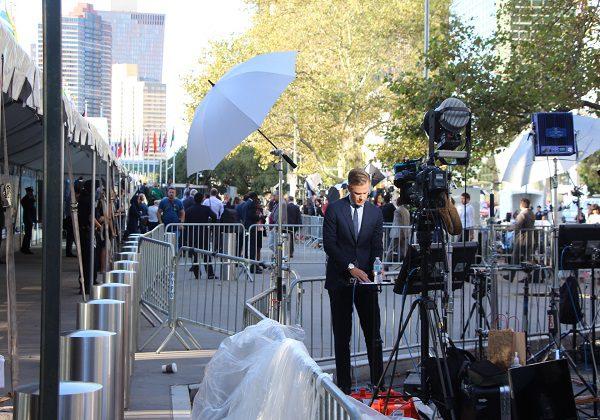 les médias à l'entrée du bâtiment de l'Onu photo: afrikipresse