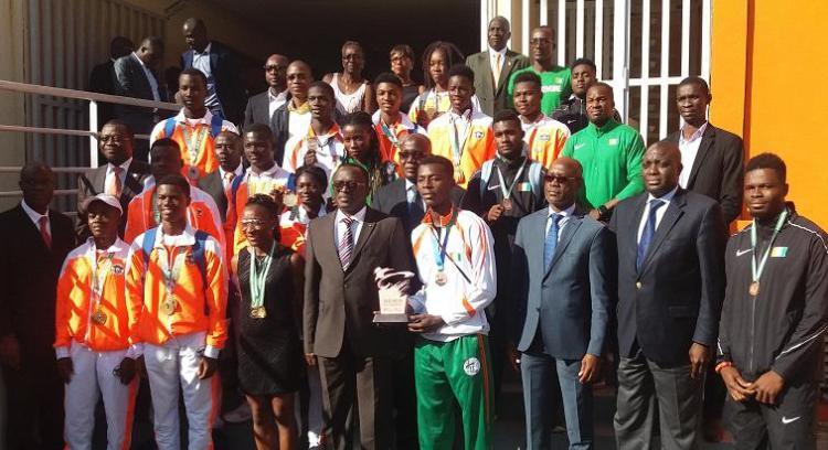 Photo intelligentdabidjan.info: Le ministre des sports, Danho Paulin et les médaillés ivoiriens des Jeux Africains de la Jeunesse en Alger, de la coupe d'Afrique d'athlétisme et du mondial de taekwondo en Chine, le mercredi 8 août 2018 à salle de Conférence de l'Office national des Sports (Ons).