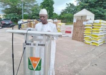 photos: afrikipresse Dons du ministre Amadou Koné aux populations de Bouaké ( ramadan 2020)