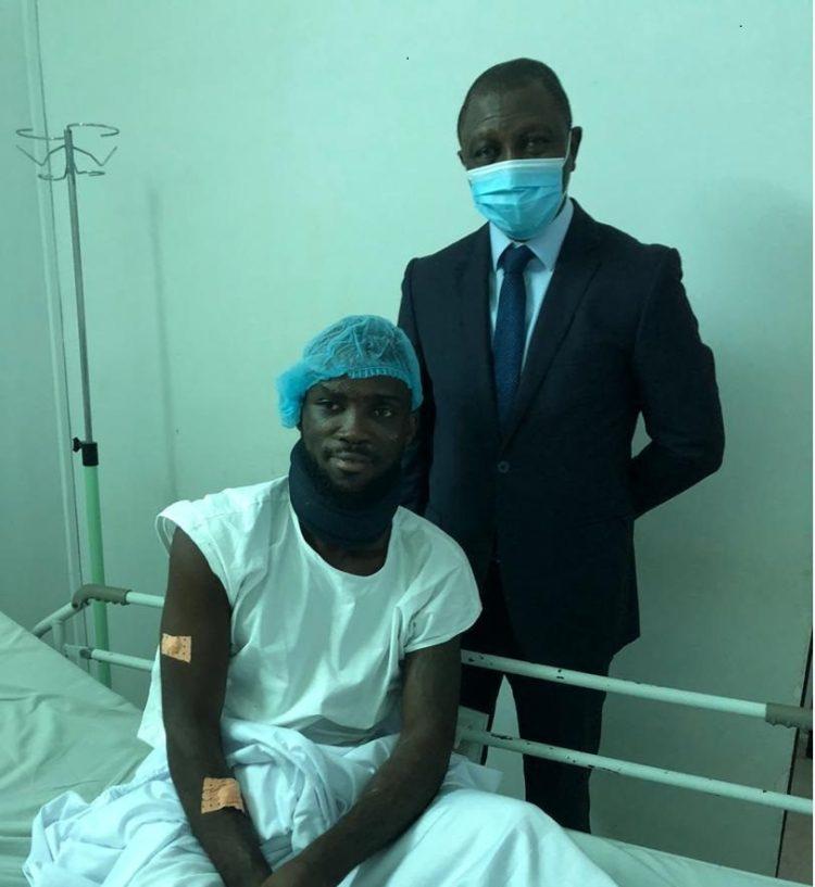 Visite du président Sory Diabaté au joueur blessé Armel Dakoury. (Ph : particulier)