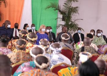 Le président Ouattara échange avec les cadres, élus, chefs traditionnels et guide religieux lors de sa visite d'état dans le Moronou