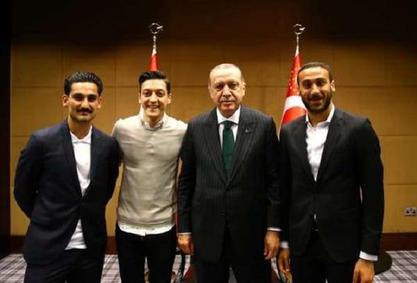 Football: Mesut Özil met un terme à sa carrière internationale en évoquant le racisme