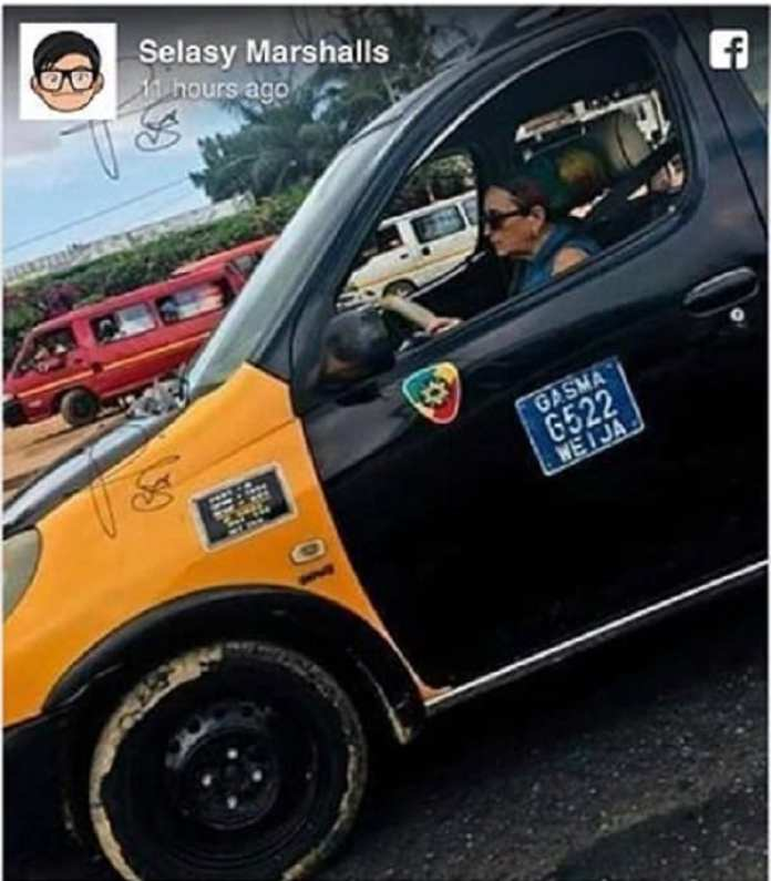 Ghana: une femme blanche conduisant un taxi, crée le buzz