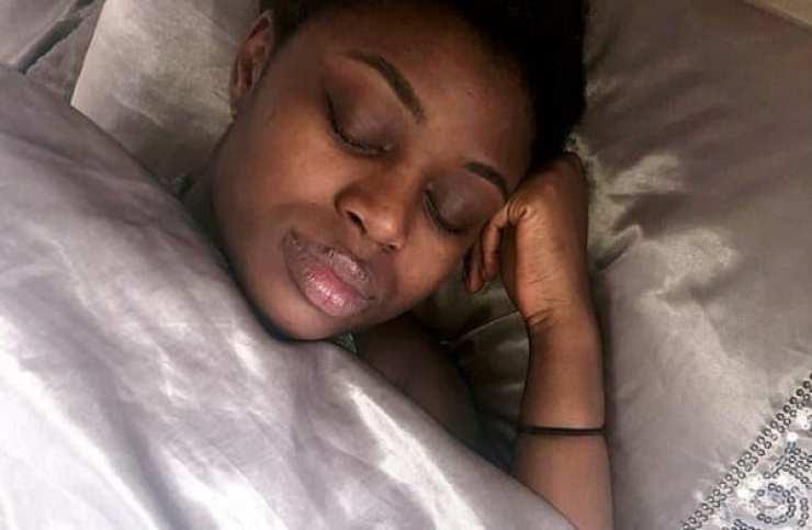 Atteinte du syndrome de la belle au bois dormant, elle dort pendant 3 semaines