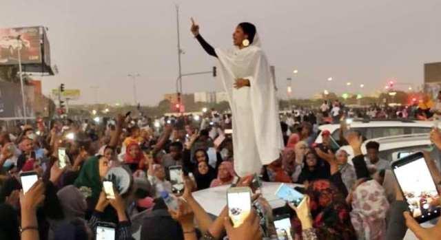 Alaa Saleh : La jeune fille de 22 ans devenue le symbole de la révolution soudanaise (vidéo)