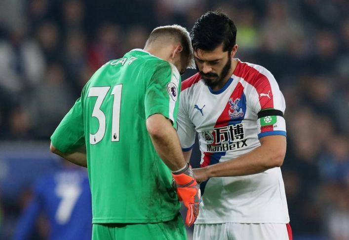 James Tomkins bizarrely stares down his keeper's shorts during Leicester win! Crystal Palace won yesterday, thanks to a goal by Michy Batshuayi, with great 1-4 figures at Leicester City, but the picture of the match did not come from our Red Devil.