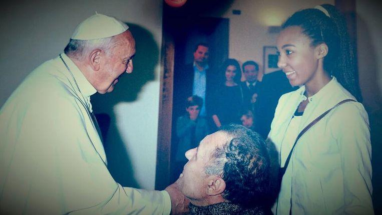 "Photo of ""Paralyzed"" who fooled pope: pretends to be disabled for 12 years"