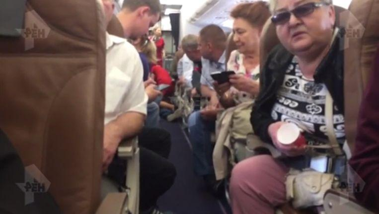 Troublemaker tries to strangle fellow passenger and dies shortly
