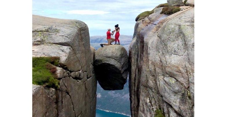 Photo of Man makes a proposal on a 1,000-meter high rock