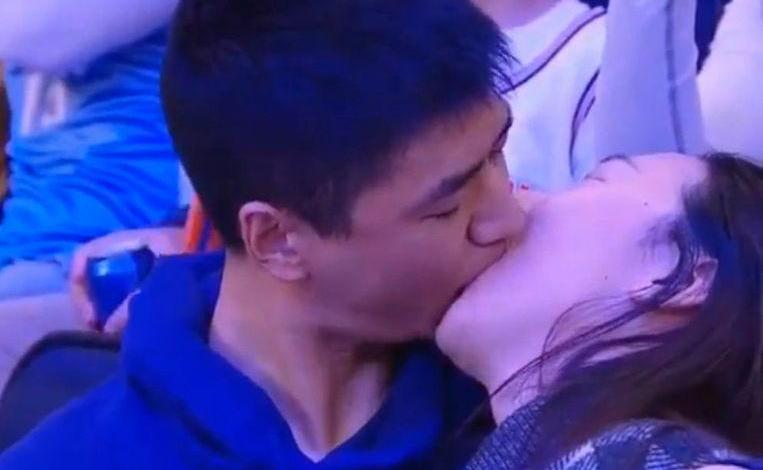 "Photo of ""Get me out of here"": couple on kiss cam are doing very well"