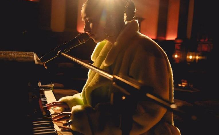 Photo of Alicia Keys postpones new album