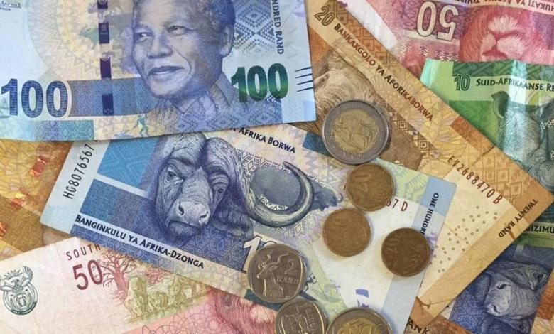 """Photo of Scammers in South Africa collect """"contaminated"""" banknotes and coins"""