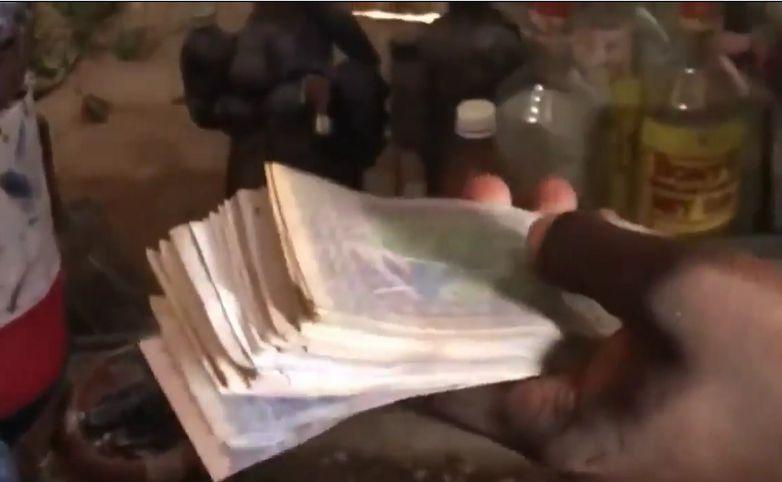 "Money doubler: these Cameroon ""magic purses"" multiple banknotes [Vidoe]"
