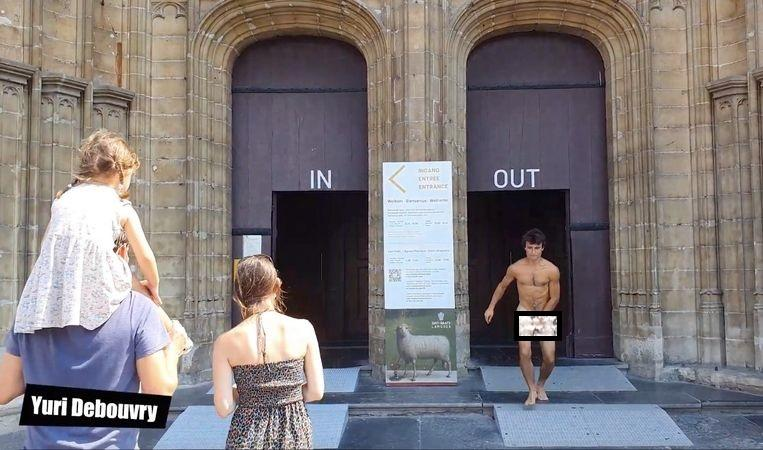 "Man without clothes in the church: ""Do it all over again for perfect shot"""