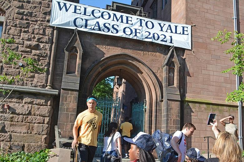 Yale University charged with favoring black students