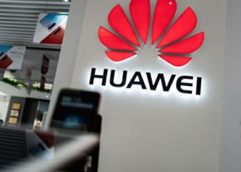A Huawei logo is displayed at a retail store in Beijing on May 20, 2019. – US internet giant Google, whose Android mobile operating system powers most of the world's smartphones, said it was beginning to cut ties with China's Huawei, which Washington considers a national security threat. (Photo by FRED DUFOUR / AFP)