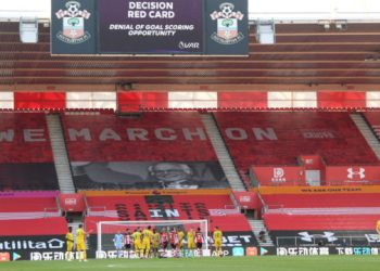 Players wait for a VAR decision during the English Premier League football match between Southampton and Arsenal at St Mary's Stadium in Southampton, southern England on June 25, 2020. (Photo by Mike Hewitt / POOL / AFP)