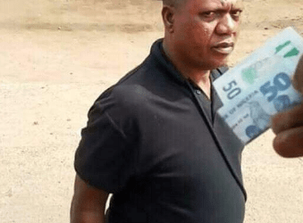 This popular photo shows a policeman collecting bribe. | Photo Twitter