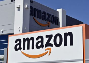 (FILES) In this file photo taken on April 25, 2020 an Amazon distribution center is seen as the coronavirus continues to spread across the United States, in North Las Vegas, Nevada. – E-commerce giant Amazon is offering signing bonuses of up to $3,000 at certain facilities in the United States as it ramps up hiring for the busy holiday season, reported November 24, 2020. The company — which has boomed during the coronavirus pandemic, with more and more shoppers happy to stay home — expects to hire 100,000 seasonal workers.The signing bonuses range from $1,000 to $3,000 for jobs posted in company warehouses in several US states from California to Massachusetts. (Photo by David Becker / AFP)